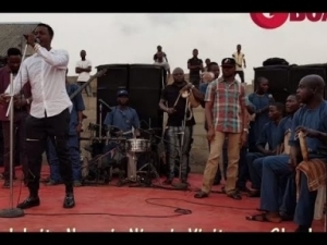 Video: Taye Currency Entertains Guest With Songs At The Opening Of Muka Ray